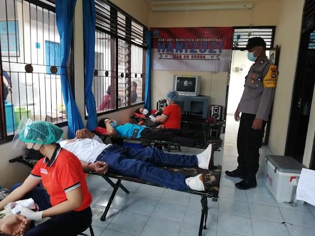 Personel Polres Klungkung Laksanakan Kegiatan Donor Darah Peringati Hari Anti Narkotika Internasional.