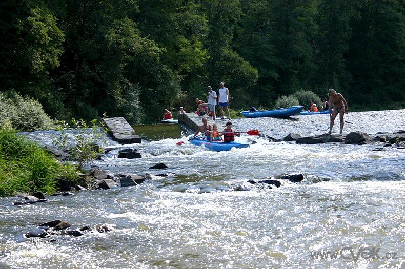 Een stuw passeren in de Sázava rivier