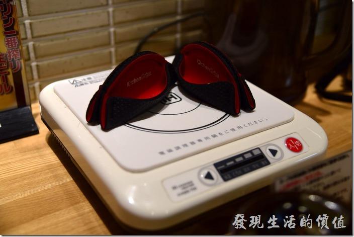 在電磁爐的上面放了兩個很像水餃的布織物,一開始實在百思不得其解,後來上餐之後,才發現這個原來是讓客人拿盛熱湯的鐵鍋耳朵用的,這樣才不會燙傷吧!