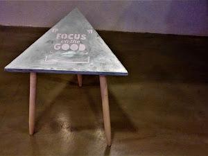 Table triangle en béton personnalisable