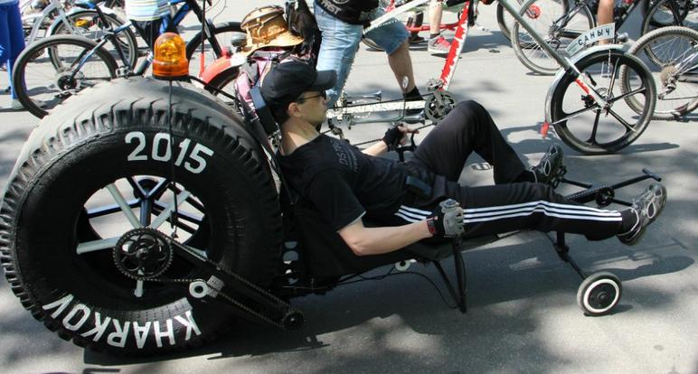 велосипед с колесом с грузовика