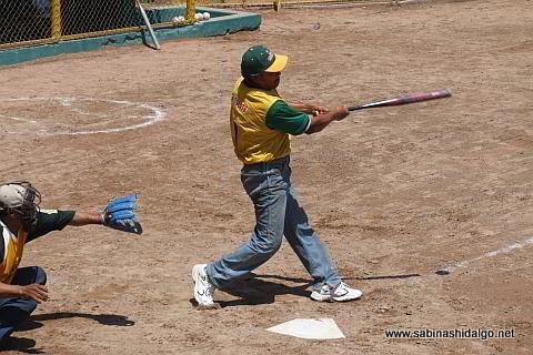 Delfino García bateando por Insulinos en el softbol de veteranos