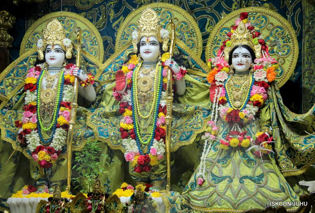 ISKCON Juhu Sringar Deity Darshan on 25th Oct 2016 (23)