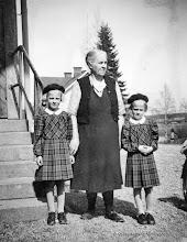 Photo: Järnvägsstationen i Vasselhyttan. Ida Ringvall med Kerstin o Karin Pettersson 1949