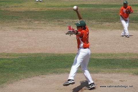 Adrián Leal García lanzando por Picapiedras en el softbol dominical