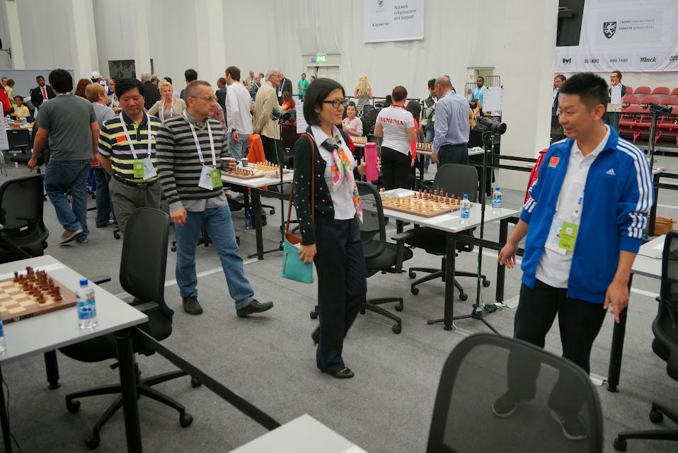 Yifan Hou se dirige a su mesa para jugar.
