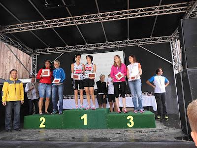 Ein famoses Team, Leandra und Karin. 3. Platz in der Frauenstaffel in 2:07:17 auf 23,6 km mit etlichen Höhenmetern.Den Grundstein hat Leandra auf der 1. Teilstrecke von 14,4 km in klassen 1:11:36 gelegt. Karin ist den kürzeren, aber bergigen Teil, gelaufen.