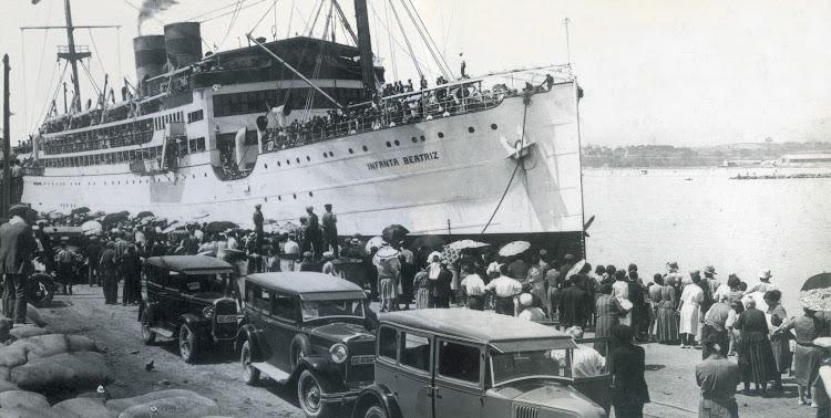 Motonave INFANTA BEATRIZ en Palamos. Ca. 1929. Viatges Blaus. Del libro El Port de Palamós. Memoria Grafica.jpg