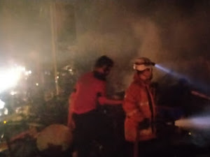 ( VIDEO ) Delapan Bangunan Warung Habis Terbakar di Cikampek