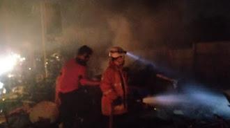 Delapan Bangunan Warung Ludes Terbakar di Cikampek (Video)
