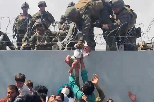 El vídeo mas viral en el mundo: En medio de la desesperación pasan a un bebe a saldado en Kabul