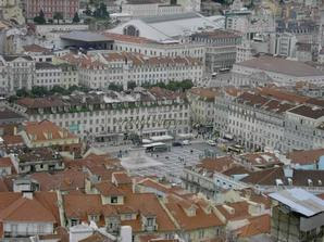 Со стен Замка Сан Жорже хорошо видно площадь Росиу