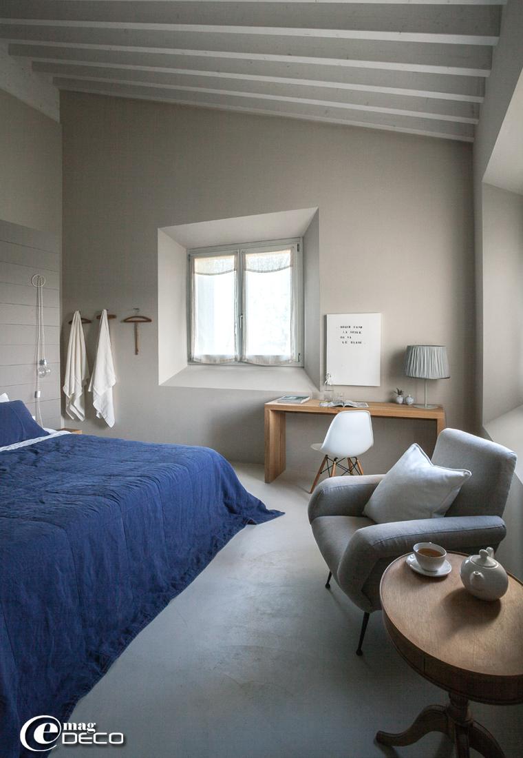 Dans une chambre de la maison d'hôtes 'Malatesta' en Italie, linge de lit en lin 'Society', literie chez 'Permaflex', théière et tasse en faïence blanche 'Il était une fois' à Dieulefit