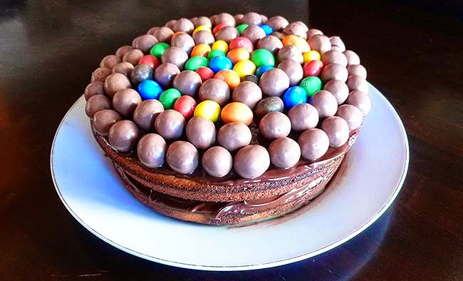 recette gâteau au yaourt, terrific cake, gâteau à deux étages, nappage chocolat,recipe yoghurt cake, terrific cake, two layered cake, chocolate topping, m&ms and maltesers