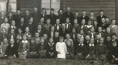 Криушская начальная школа. В центре директор и учителя. 08.05.38(из личного архива Арно Пяристе)