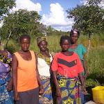Kasesha kerk zambia_vrouwen helpen.jpg
