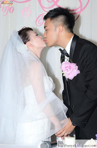 寧進與JoJo在婚宴上情深一吻。