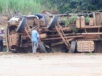Caminhão-tomba-na-mg329-696x522
