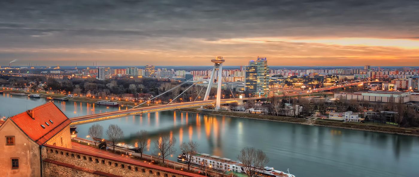 파일:external/sumfinity.com/Bratislava-Skyline-Bridge.jpg