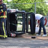 Auto op z'n kant na botsing tegen paaltje - Foto's Teunis Streunding