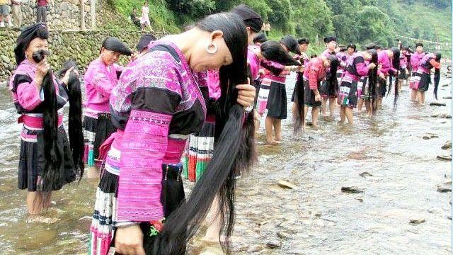 mujeres etnia yao bañandose rio