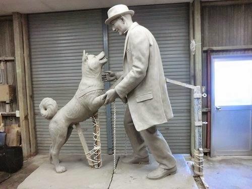 Nova estátua representando o reencontro de Hachiko e seu dono