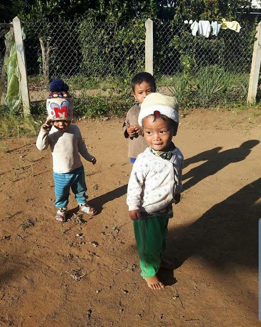 Đám nhóc ở trong xóm hý hửng khi nhìn thấy xe taxi vào làng