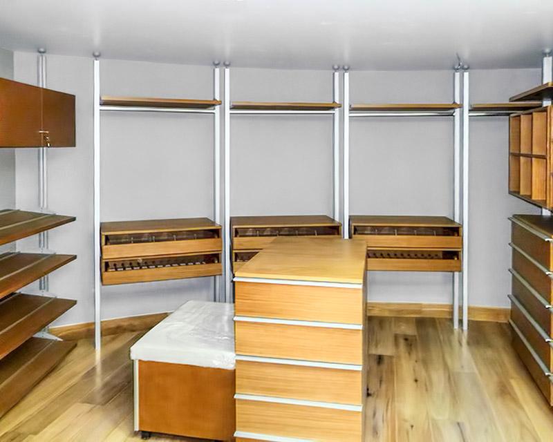 Closets y vestidores de lujo closets de madera closets for Modelos de zapateras para closets