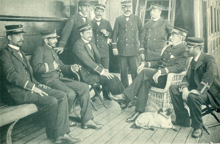 Jose Maria Gorordo y oficiales en la cubierta del REINA MARIA CRISTINA. Revista El Mundo Naval Ilustrado. Año 1897.jpg