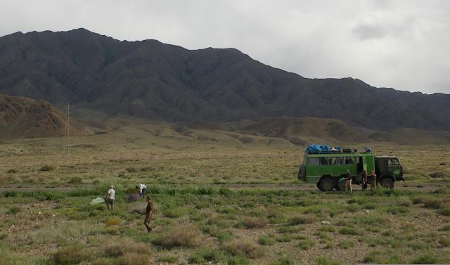 Avant la Dolon Pass : prospection en milieu aride sur la rive sud du lac d'Orto Tokoy, 14 juillet 2006. Photo : J.-M. Gayman