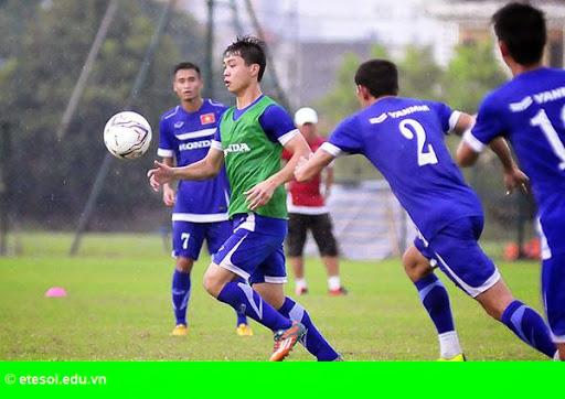 Hình 3:   Cầu thủ Việt cởi trần khoe body chuẩn