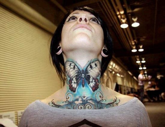 borboleta_colorida_tatuagem_no_pescoço