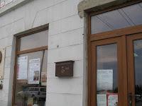 Királyhelmecen a Fő utca 49 szám alatt a könyvesbolt bejárata és kirakata .jpg