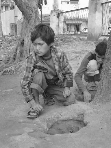 Groupe d'enfants dormant dans les rues
