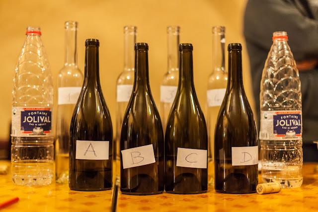 """""""Les vins étaient présentés dans des bouteilles parfaitement identiques, sans aucun signe distinctif sinon une lettre ou un chiffre. L�assemblée fut exhortée à apprécier les différents échantillons avec rigueur, honnêteté intellectuelle et courage"""""""