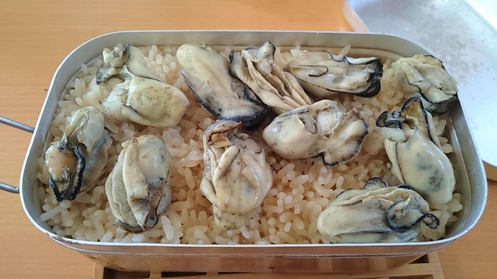 メスティンで炊き上げた牡蠣飯の写真
