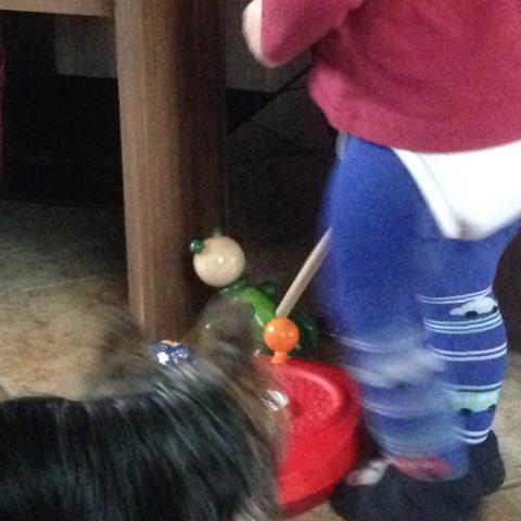 Kind rennt durchs Bild