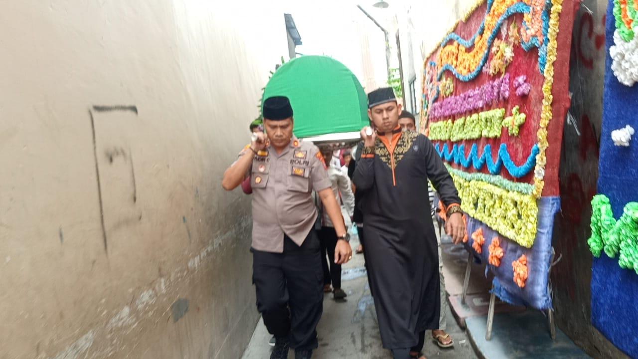 Kapolsek Medan Area Bantu Warga Gotong Keranda Jenazah
