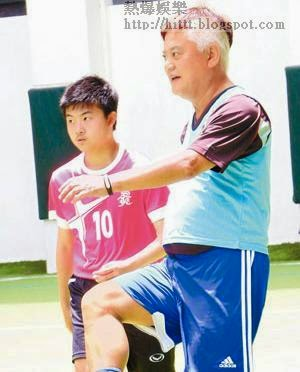 陳百祥返回母校踢友誼足球賽,自稱為學校奪獎無數。