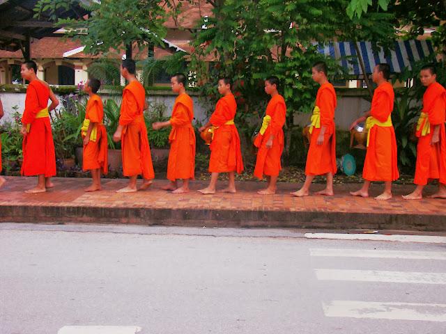 Monjes en procesión matutina