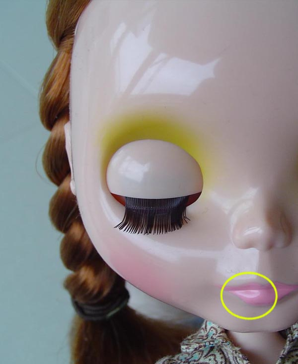 Reflexo na boca de boneca blythe