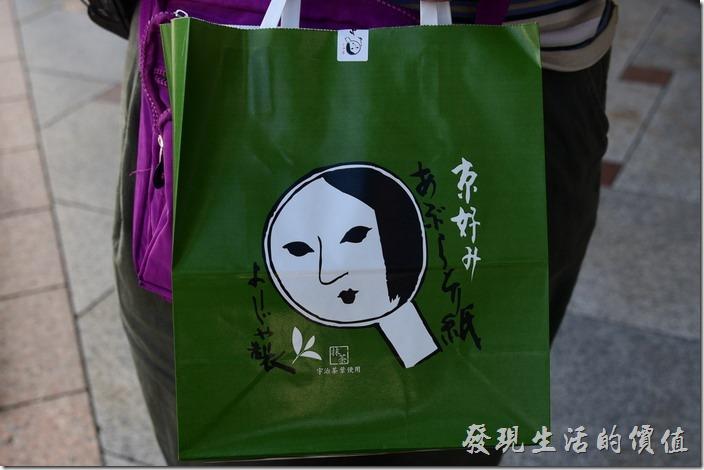 在「四條通」靠近「花見小路」附近有家藝妓優佳雅YOJITA販賣的護手霜非常的有名,也常被稱為藝妓護手霜。