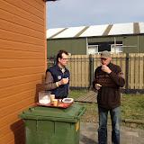 De wethouder van financien - Gert Zagt - heeft de ochtend vrij gemaakt om de Scouting te helpen. Op de foto met Rob tijdens het werkoverleg.