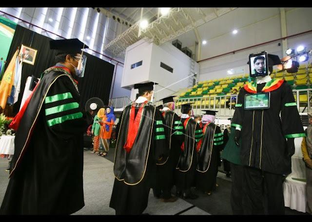 Canggih, Robot Pakai Toga Gantikan Mahasiswa UNJ Wisuda