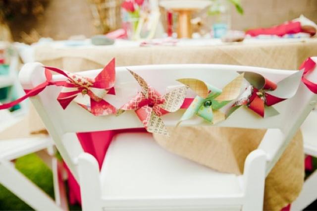 Sillas de boda decoradas con molinillos de papel