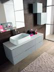 mobile da arredo bagno Linea grigio chiaro composiz ravvicinata con lavabo soprapiano fuori tutto