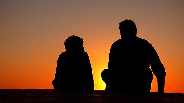 padres-madres-dar-ejemplo-hijos-los-niños-ven-escuchan