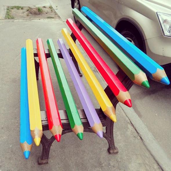 Banco hechocon lápices de colores