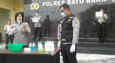 """Kabag Sumda KOMPOL Dr. SRI PINEM, SH, MKN Dan Urkes Polres Batu Bara Demokan Pembuatan Hand Sanitizer."""""""