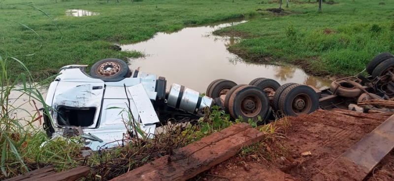 Ponte desaba durante passagem de caminhão no município de Igarapé Grande-MA